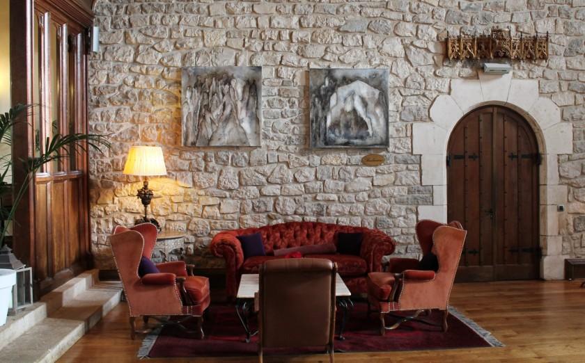 Deux toiles de Sophie Lacroix dans le salon de l'hôtel.